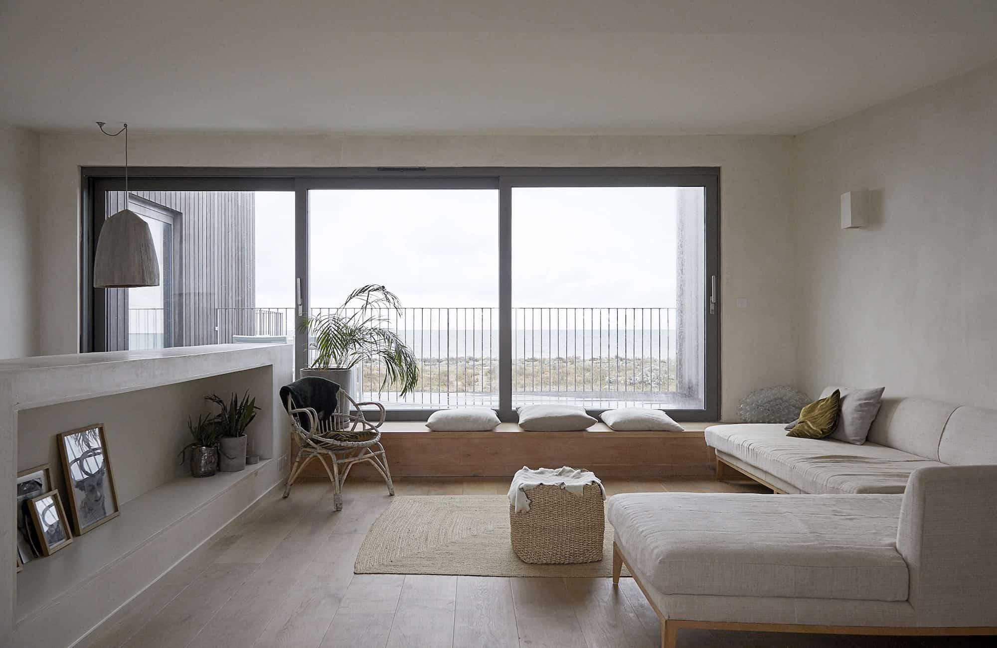 Shoreham Beach House BN43 - Scandi style sitting room on first floor with views out over the beach - The Location Guys